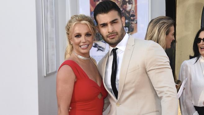 Parece que después de tanto tiempo, por fin Britney Spears siente que está viviendo de verdad su propia vida. Mucho se había especulado sobre el porqué, después de cinco años de relación, no se casaban la artista y su pareja, Sam Asghari, pero ha sido terminar la tutela paterna sobre ella... y anunciar su compromiso.