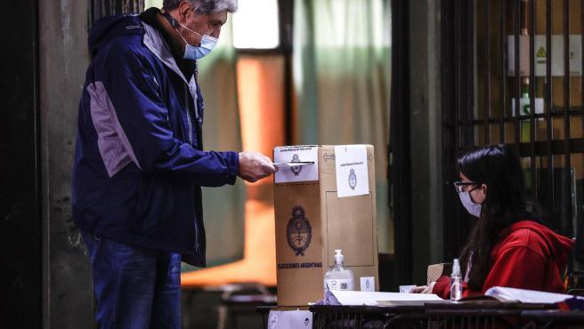 Un hombre vota durante la jornada de elecciones primarias del 12 de septiembre de 2021, en Buenos Aires (Argentina).