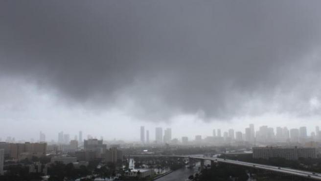 Fotografía de archivo en la que se observa una vista general del cielo durante el paso de un huracán en la frontera entre Estados Unidos y México.