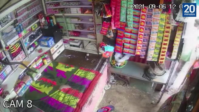 Un dependiente se salva por segundos del ataque de una serpiente que estaba perseguía una rata en su tienda