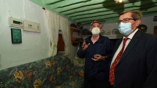 Entrena visita Rambla del Agua, una aldea pionera en el autoabastecimiento de energía solar