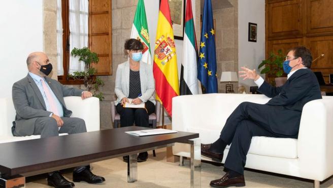 """Vara aborda con el embajador de Emiratos Árabes Unidos en España el """"potencial"""" de Extremadura como destino de inversión"""