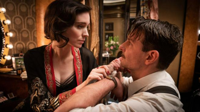 Rooney Mara y Bradley Cooper en 'Nightmare Alley'