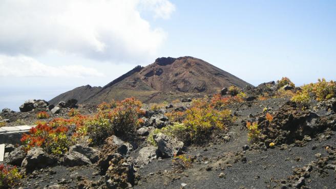 Vista general de uno de los volcanes de Cumbre Vieja, una zona al sur de la isla que podría verse afectada por una posible erupción volcánica