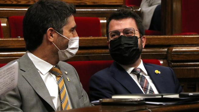 Aragonès y Puigneró en el Parlament en una imagen de archivo.
