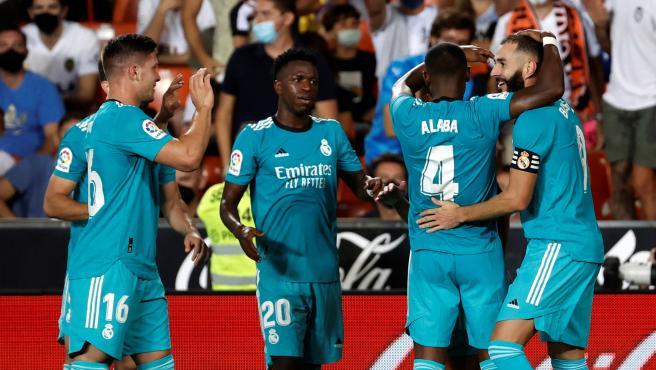 Vinícius celebra con Benzema y varios jugadores la victoria ante el Valencia
