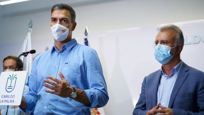 El presidente del Gobierno, Pedro Sánchez, y el presidente de Canarias, Angel Víctor Torres, durante la comparecencia de este lunes.