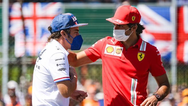 Fernando Alonso and Carlos Sainz, during a 'drivers parade'