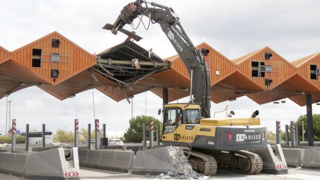 Trabajos de derribo del peaje de la C-32 en Vilassar de Dalt (Barcelona) este lunes 20 de septiembre.