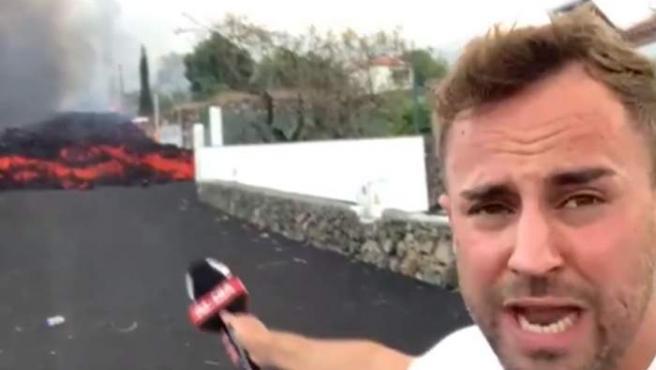 Un reportero de 'Cuatro al día', a escasos 10 metros de una de las lenguas de lava del volcán de Cumbre Vieja.