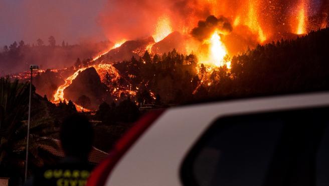 Un Guardia Civil vigila cómo evolucionan los ríos de lava del volcán Cumbre Vieja, en La Palma.