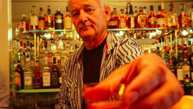 Bill Murray ofreciendo un vaso de chupito.