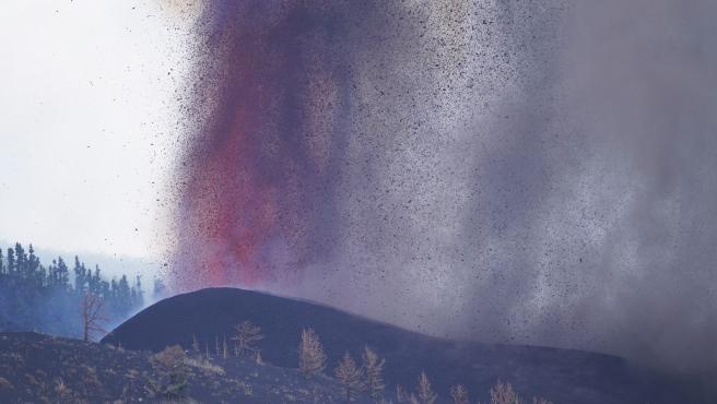 Una boca eruptiva expulsa lava y piroclastos en Cabeza de Vaca, en El Paso, La Palma.