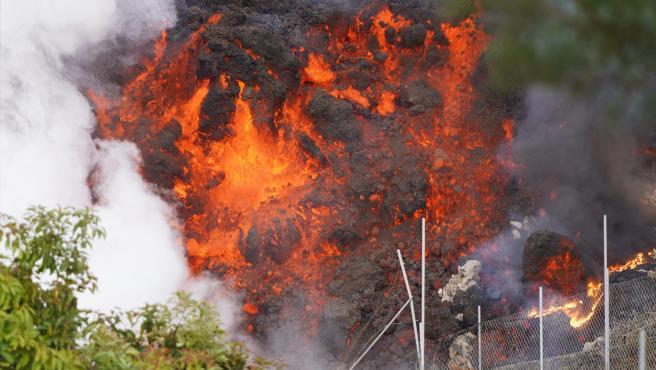La lava avanzando por la zona de Cabeza de Vaca, en El Paso, La Palma.