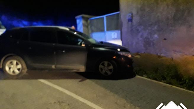 Herida una conductora tras chocar su coche contra el muro de una vivienda en Serantes (Tapia)