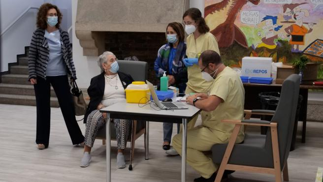 Nieves Cabo, la primera gallega en vacunarse, recibe este martes la dosis 'extra' en su residencia de Santiago