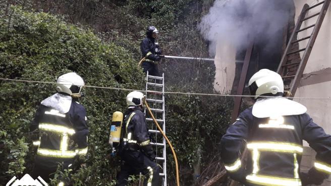 Un incendio calcina una vivienda deshabitada en Mieres
