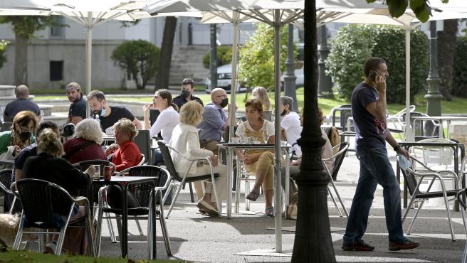 A Coruña.-  Terrazas con las nuevas restricciones Covid (permiten mesas de hasta 15 personas en exteriores y de hasta 8 en interiores) 18/09/2021 Foto: M. Dylan / Europa Press