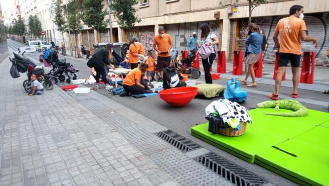 Los alumnos de la guardería Les Girafes Blaves han hecho actividades en la calle.