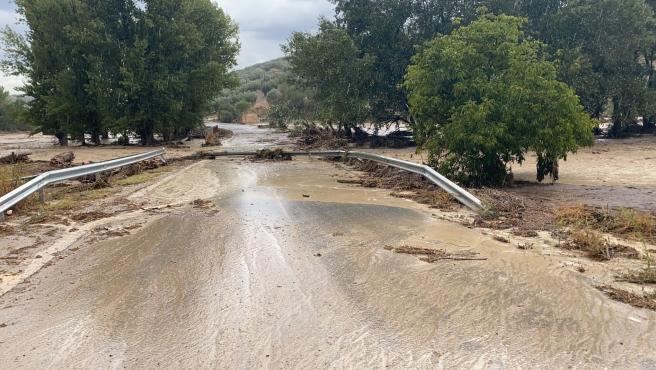 Sucesos.- Buscan unos doce coches arrastrados por el agua en Montefrío que cuantifica daños en casas y caminos