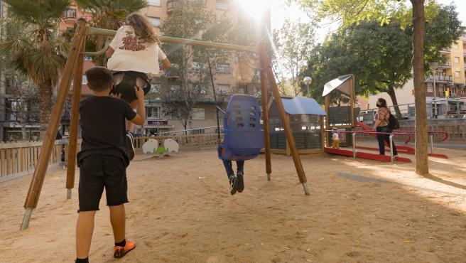 Un área de juego infantil inclusiva en el barrio de La Prosperitat de Barcelona.