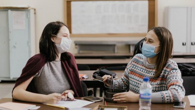 Dos estudiantes en un aula