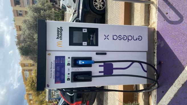 Endesa y una cadena de restaurantes inauguran en Ibiza puntos de recarga para coches eléctricos