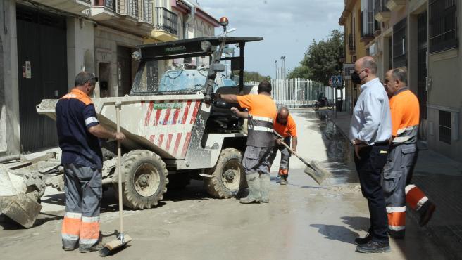 La limpieza de las calles de Lucena avanza hasta el 50% del núcleo urbano tras la fuerte tormenta del martes