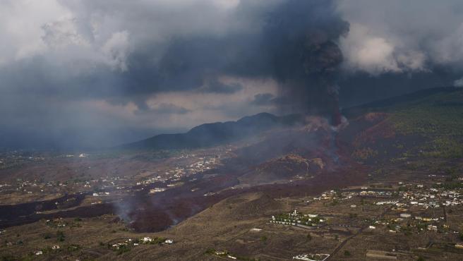 Vista desde un helicóptero del volcán de la isla de La Palma en su quinto día de actividad.