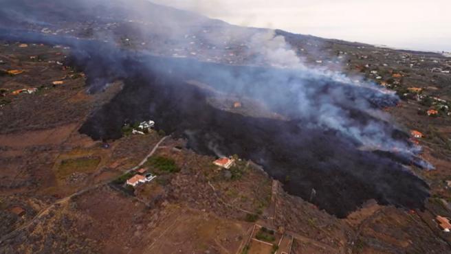Cuando apenas le faltaban un par de kilómetros para alcanzar el mar, la lengua de lava que se desplaza hasta la costa desde la boca del volcán de Cumbre Vieja de La Palma parece haber cambiado su forma de avanzar.
