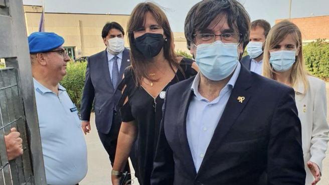 """El expresidente catalán Carles Puigdemont salió hoy de la cárcel de máxima seguridad en la que se encuentra en la isla de Cerdeña, donde el jueves fue detenido al bajar de un avión en el aeropuerto de Alguer por una orden del Tribunal Supremo español, según ha decidido el Tribunal de Apelación de Sassari.  Puigdemont salió de la prisión pasadas las 17.00 horas locales (15.00 GMT), rodeado de un grupo de independentistas de Cerdeña que coreaban su nombre y la palabra """"independencia"""" mientras cantaban canciones catalanas y ondeaban banderas de Cataluña y sardas."""