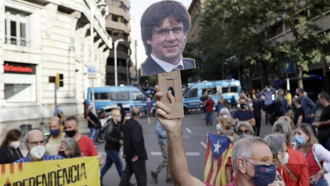 Decenas de personas se manifiestan frente al consulado de Italia en Barcelona.