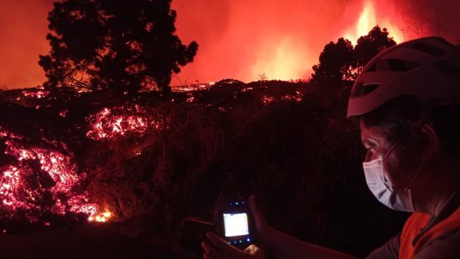 Un técnico de Involcan mide la temperatura del volcán de Cumbre Vieja.