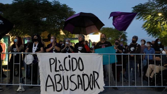 Medio centenar de personas se concentran frente al Teatro Romano de Mérida en rechazo al concierto de Plácido Domingo