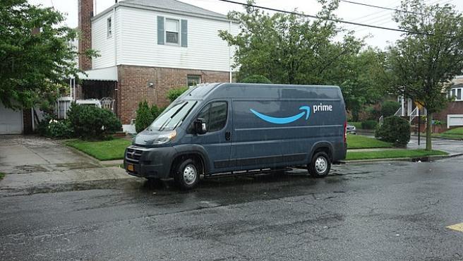 Imagen de una furgoneta de reparto de Amazon.