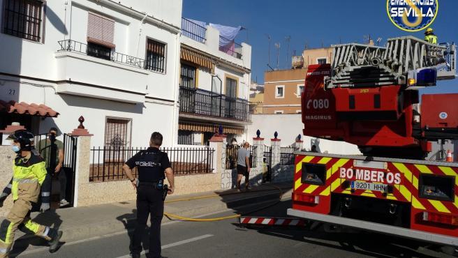 Un varón de 70 años fallece en el incendio de su vivienda en Calle Pruna en Sevilla.