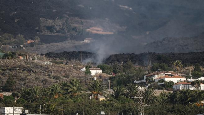 La lava del volcán, cayendo sobre el barrio de Todoque.