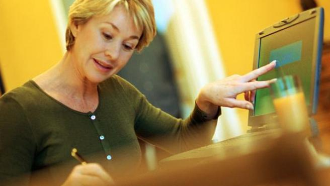 Una mujer ante el ordenador.