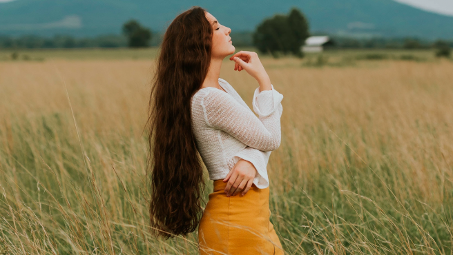 Mujer con el pelo largo, imagen de archivo.