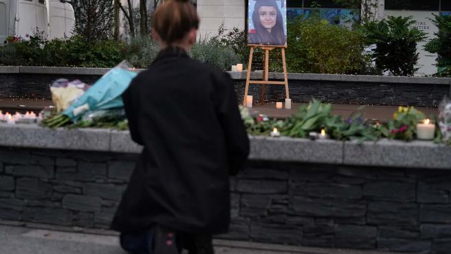 Una mujer observa las velas y flores en recuerdo de Sabina Nessa, la profesora asesinada en el sur de Londres.
