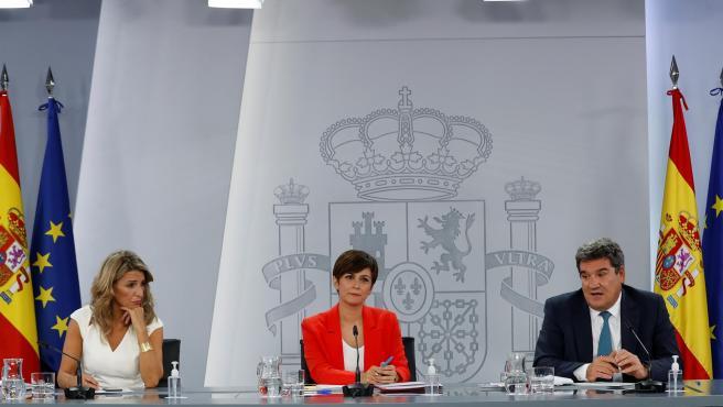 Yolanda Díaz, Isabel Rodríguez y José Luis Escrivá, este martes en la rueda de prensa posterior al Consejo de Ministros.