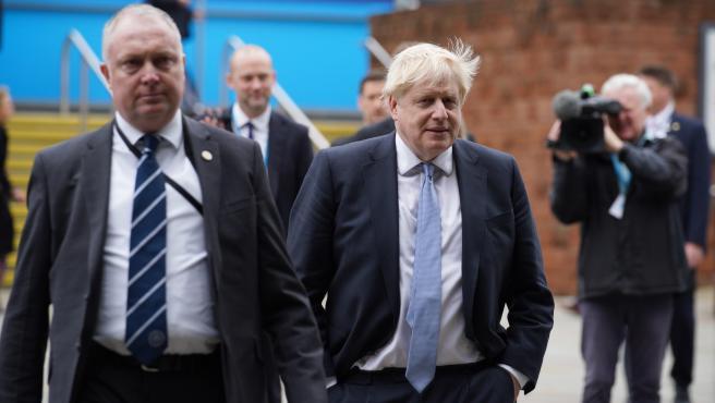 El primer ministro de Reino Unido Boris Johnson saliendo de una conferencia del Partido Conservador