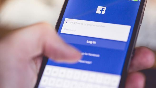 La aplicación de Facebook, en un teléfono móvil.