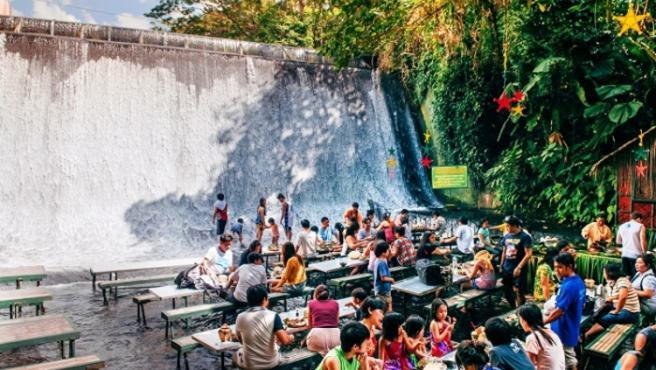 Si viajamos a Filipinas tenemos una visita obligatoria al resort Villa Escudero, y no solo para disfrutar de sus piscinas, espectáculos o museos, sino también para gozar del increíble privilegio de comer sentados en mitad de una cascada.