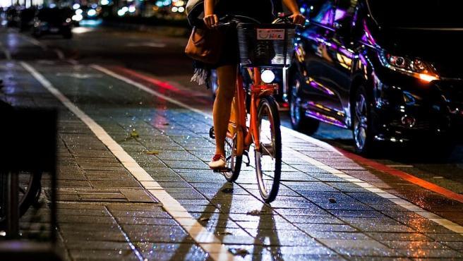 Es obligatorio circular con luces en la bicicleta.