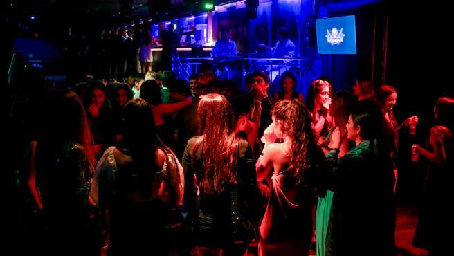 Varias personas disfrutan de la noche bailando en una discoteca de Madrid.