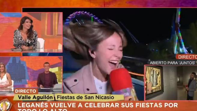 Momento en el que una reportera habla de las fiestas de Leganés desde una montaña rusa.