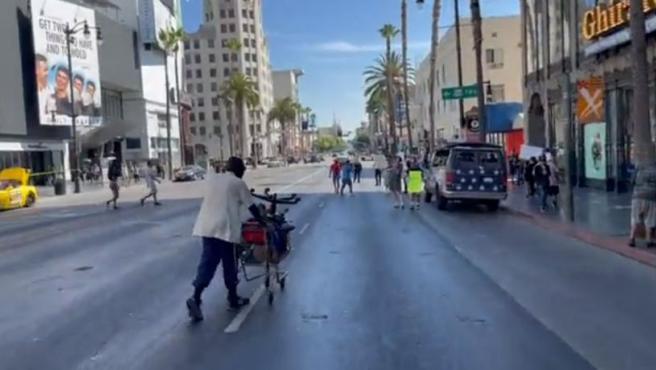 Captura del vídeo en el que un sintecho deja en evidencia a un grupo de antivacunas.