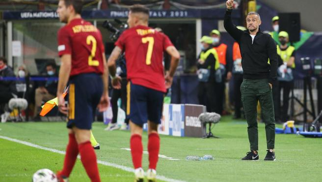 Luis Enrique da órdenes durante el España - Italia de la Nations League