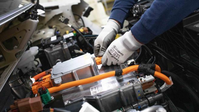 Instalación de la batería de un coche eléctrico.
